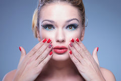 Jeune femme étonnée de beauté avec des doigts sur son visage Images libres de droits