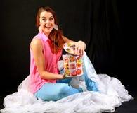 Jeune femme étonnée par le cadeau dans la boîte métallique photo libre de droits
