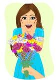 Jeune femme étonnée recevant le bouquet des fleurs sauvages une date de la main des hommes Photos libres de droits