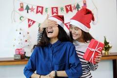 Jeune femme étonnante son amie avec le boîte-cadeau de Noël L Image stock