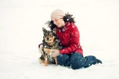 Jeune femme étreignant le chien Image libre de droits