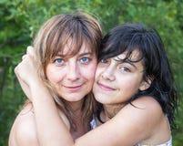 Jeune femme étreignant sa fille d'adolescent Amour Photo libre de droits