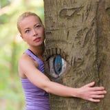 Jeune femme étreignant un arbre Photos libres de droits