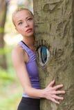 Jeune femme étreignant un arbre Image libre de droits