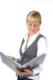 Jeune femme étudiant prudemment les documents Image libre de droits