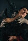 Jeune femme acérée de diable effrayant de vampire Nightmar gothique médiéval photos stock