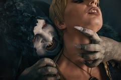 Jeune femme acérée de diable effrayant de vampire Nightmar gothique médiéval photos libres de droits