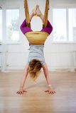 Jeune femme accrochant le yoga à l'envers et pratiquant de mouche Photographie stock