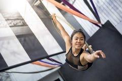 Jeune femme acrobatique accrochant sur le cercle aérien Images libres de droits
