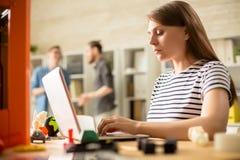 Jeune femme actionnant l'imprimante 3D Photographie stock libre de droits