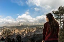 Jeune femme admirant la belle vue scénique photo stock