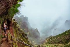 Jeune femme admirant la montagne d'une du beau hiki Photo libre de droits