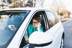 Jeune femme adolescente dans sa voiture photo stock