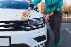 Jeune femme adolescente sur la route avec la voiture image stock