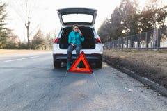 Jeune femme adolescente sur la route avec la voiture photos stock