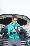 Jeune femme adolescente sur la route avec la voiture images stock