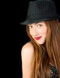 Jeune femme adorable avec les cheveux rouges et les taches de rousseur portant un pinstr Images stock