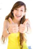 Jeune femme affichant des pouces vers le haut Photo stock