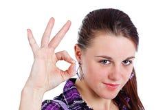 Jeune femme affichant le signe en bon état Images stock