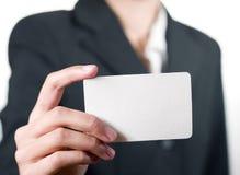 Jeune femme affichant son plan rapproché de carte de visite professionnelle de visite Photos stock