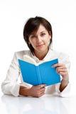 Jeune femme affichant un livre Images stock