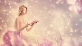 Jeune femme affichant un livre Photographie stock
