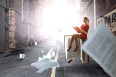 Jeune femme affichant un livre Media m?lang? photo stock