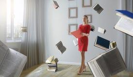 Jeune femme affichant un livre Media m?lang? photos libres de droits