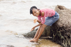 Jeune femme africaine au bord de la lagune Images stock