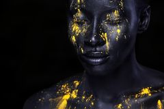 Jeune femme africaine gaie avec le maquillage de mode d'art Une femme étonnante avec le maquillage noir et la peinture jaune disj photo stock