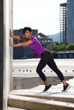 Jeune femme africaine intégrale faisant étirant la séance d'entraînement dehors photos libres de droits