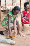 Jeune femme africaine préparant une sauce images libres de droits