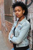 Jeune femme africaine rebelle regardant fixement l'appareil-photo photos stock
