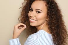 Jeune femme afro-américaine avec le beau visage photos libres de droits