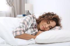 Jeune femme afro-américaine dormant sur l'oreiller mol photos libres de droits
