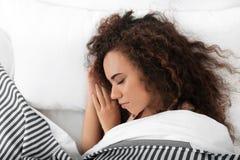 Jeune femme afro-américaine dormant sur l'oreiller mol photo libre de droits