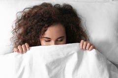 Jeune femme afro-américaine dormant sur l'oreiller mol, images libres de droits