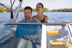 Jeune femme agréable appréciant le tour de yacht Photos libres de droits