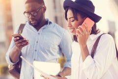 Jeune femme agréable parlant du téléphone Photographie stock