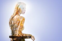 Jeune femme agréable pensant à l'automne photographie stock libre de droits