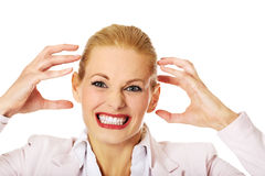 Jeune femme agressive d'affaires criant Photo stock