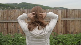 Jeune femme ajustant ses cheveux banque de vidéos