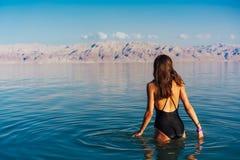 Jeune femme allant à la mer morte, Israël Images stock