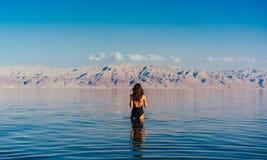 Jeune femme allant à la mer morte, Israël Image libre de droits
