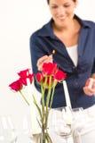 Jeune femme allumant l'amour romantique de déjeuner de bougie Photographie stock libre de droits