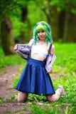 Jeune femme alternative de beau hippie avec les cheveux verts en parc images libres de droits