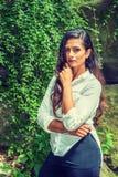 Jeune femme américaine indienne est avec la longue pensée de cheveux extérieure à New York image libre de droits