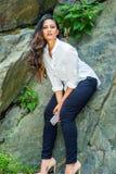 Jeune femme américaine indienne est avec le long déplacement de cheveux, détendant au Central Park, New York City photographie stock libre de droits