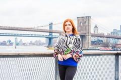 Jeune femme américaine vous manquant, vous attendant Photographie stock libre de droits