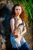 Jeune femme américaine vous manquant avec la rose de blanc à New York Images stock